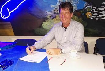 Voorzitter ROV ondertekent de verklaring